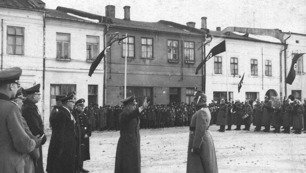12. Nazistowska uroczystość na olkuskim rynku w okresie okupacji. Fot. Z archiwum Muzeum Regionalnego PTTK w Olkuszu.