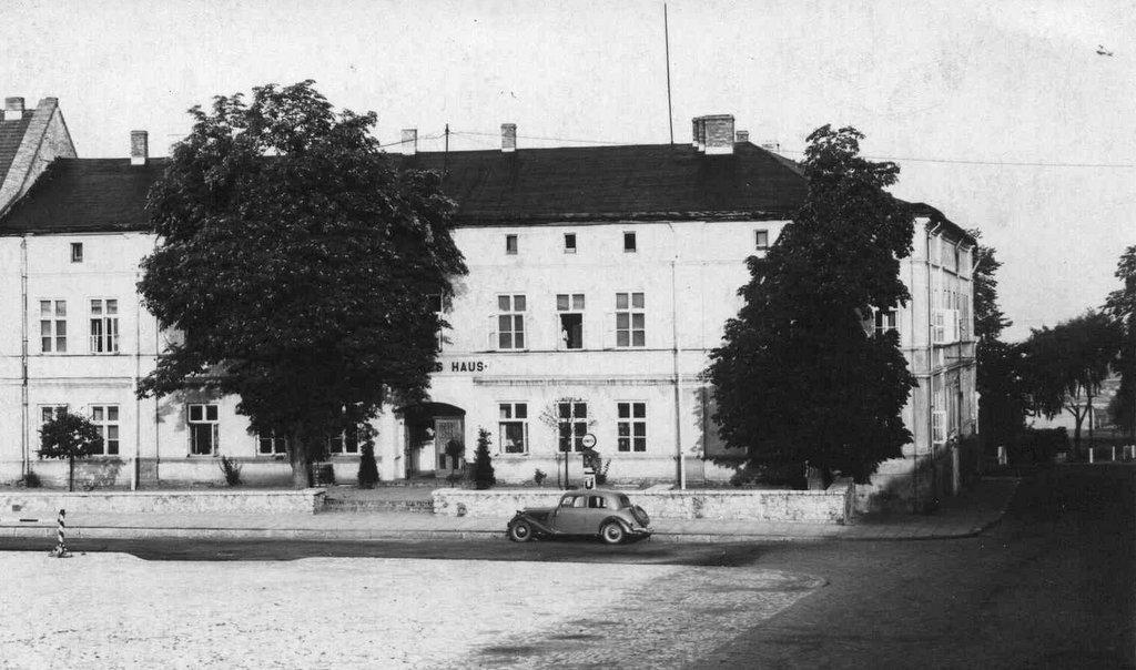13. Deutsches Haus (budynek obecnego magistratu). Fot. Z archiwum Muzeum Regionalnego PTTK w Olkuszu.