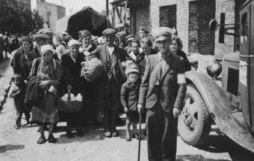 17. Ludność żydowska na ulicy Nullo. Fot. Z archiwum Muzeum Regionalnego PTTK w Olkuszu.