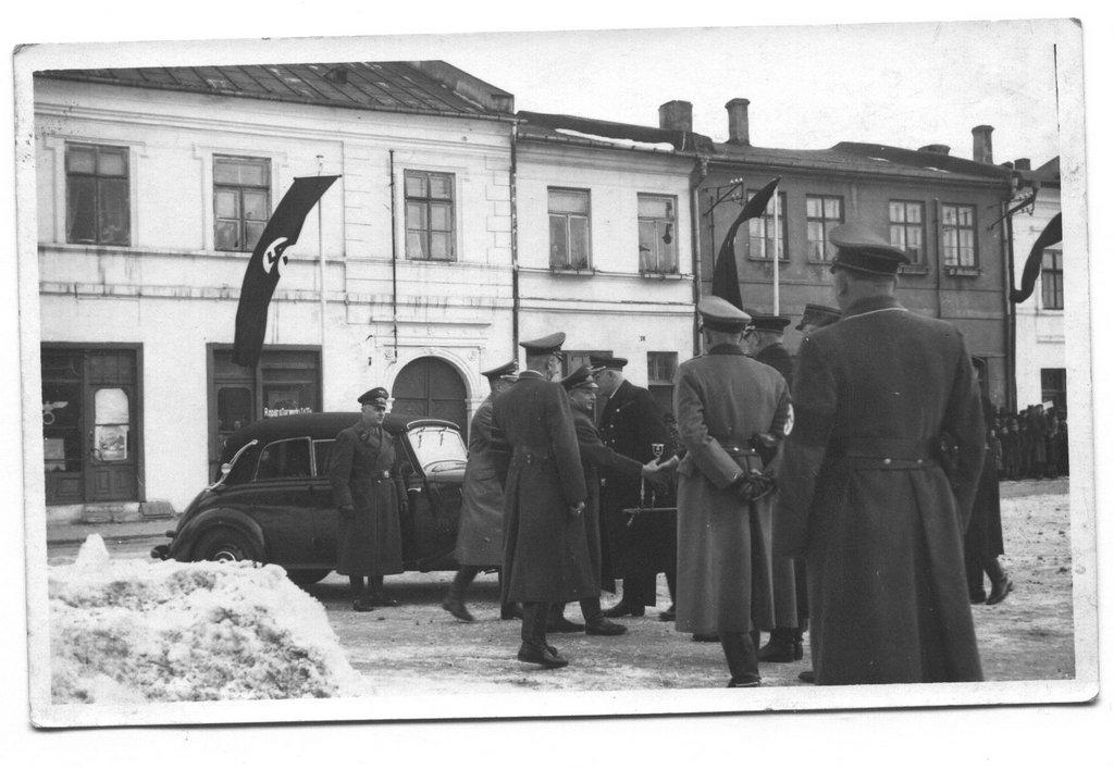 2. Naziści na olkuskim rynku. Fot. Z archiwum Muzeum Regionalnego PTTK w Olkuszu.