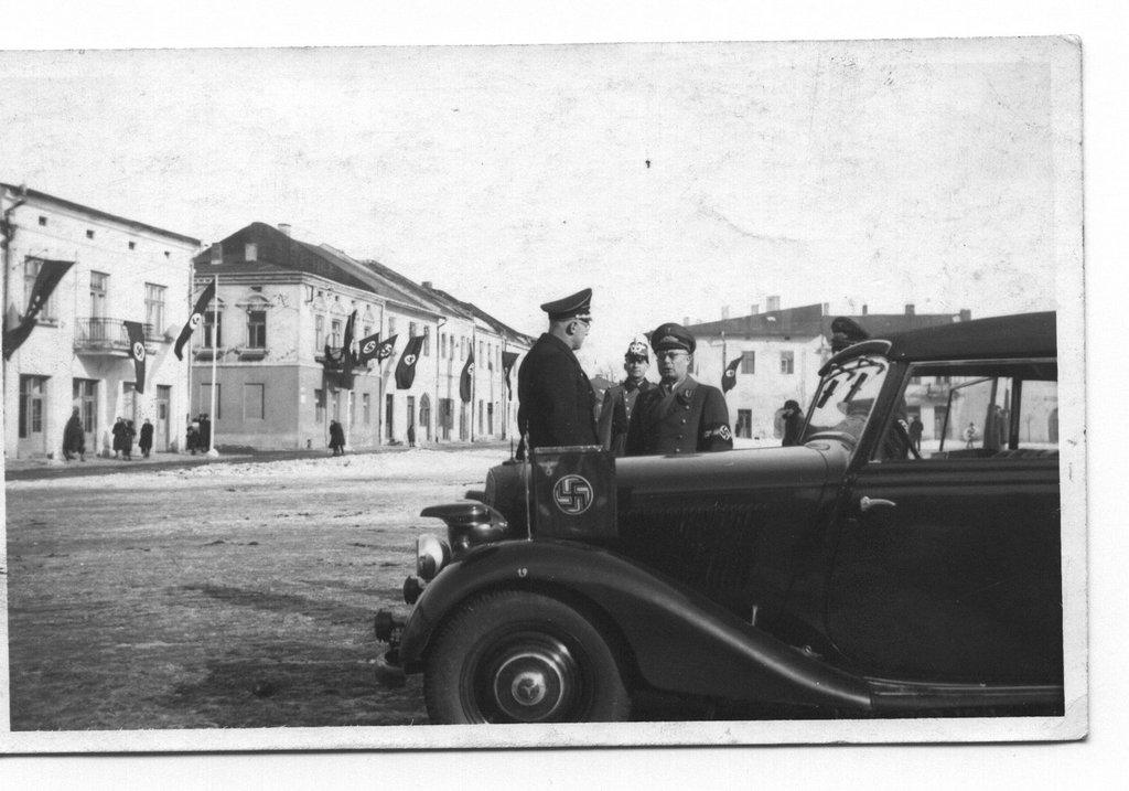 3. Naziści na olkuskim rynku w okresie okupacji. Fot. Z archiwum Muzeum Regionalnego PTTK w Olkuszu.