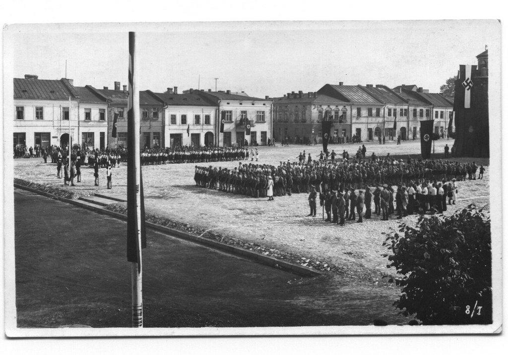 4. Nazistowska uroczystość na olkuskim rynku w okresie okupacji. Fot. Z archiwum Muzeum Regionalnego PTTK w Olkuszu.