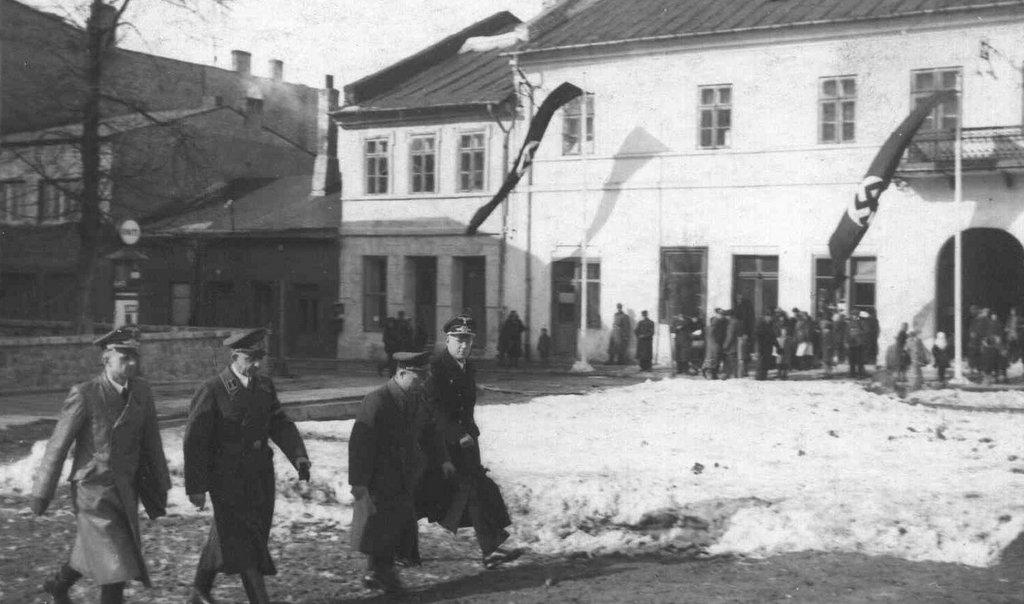 8. Naziści na olkuskim rynku w okresie okupacji. Fot. Z archiwum Muzeum Regionalnego PTTK w Olkuszu.