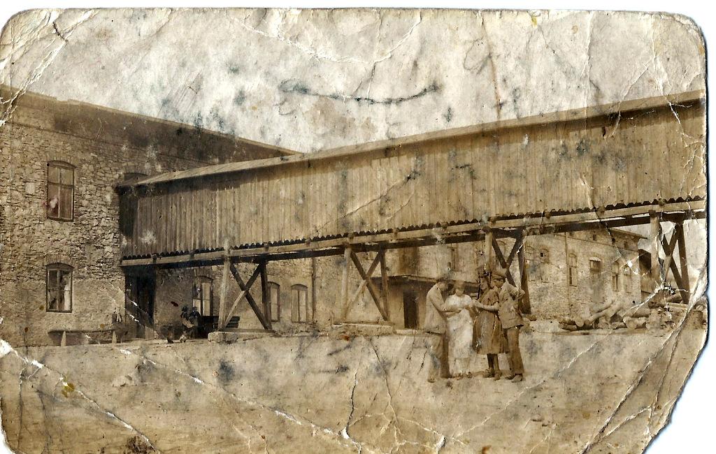 1. Fabryka Wyrobów Aluminiowych Lendera. Prawdopodobnie widok zachodniego skrzydła fabryki, okres międzywojenny. Fot. Ze zbioru rodziny Florków.
