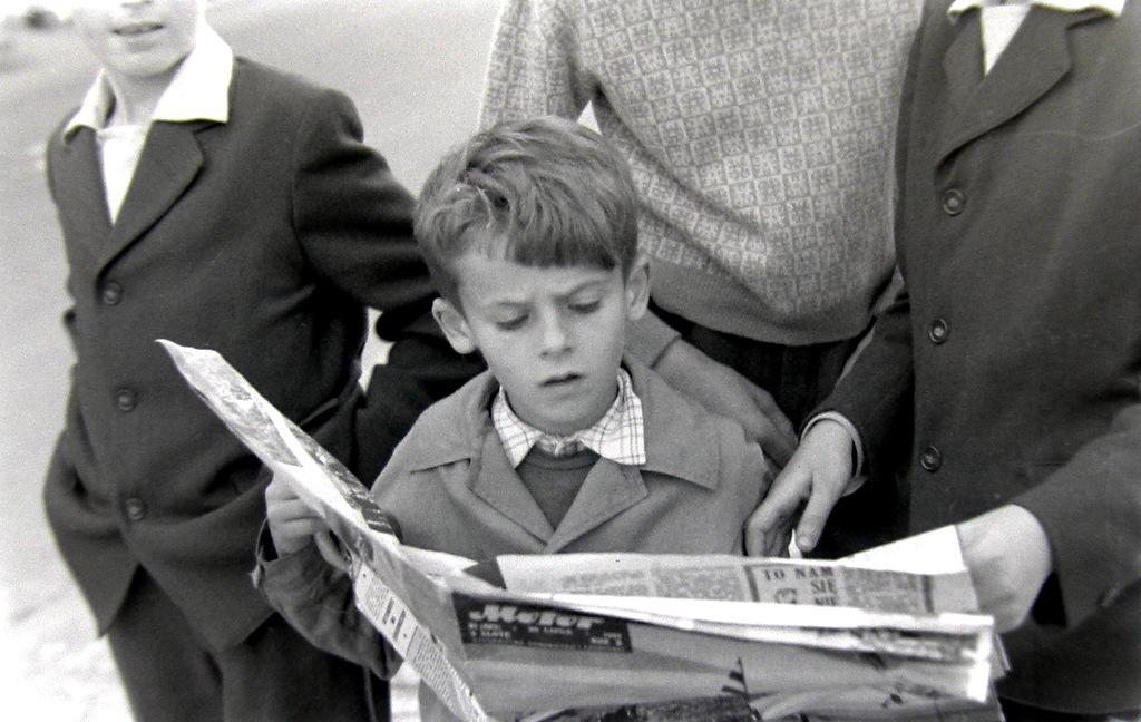4. Syn znanego olkuskiego fotografa Jana Nosowicza czytający czasopismo Motor na olkuskim rynku. Fot. Jan Nosowicz.
