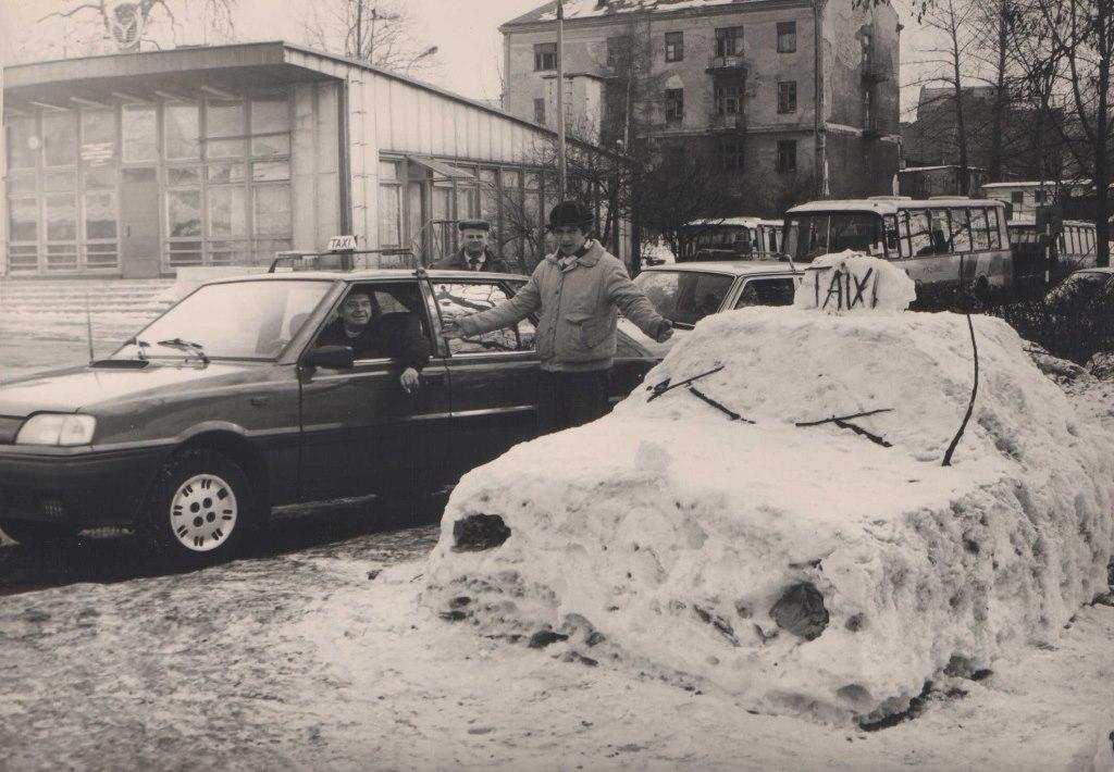1. Postój TAXI przy dworcu PKP. Fot Jan Nosowicz.
