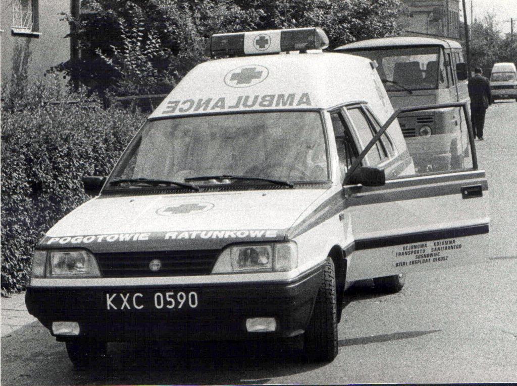13. Ambulans w Olkuszu. Przełom lat 80-90. Fot. Jan Nosowicz.