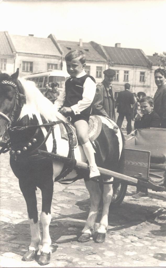 18. Chłopiec na kucyku na rynku w Olkuszu. Fot. Ze zbiorów Anny Kostulskiej.