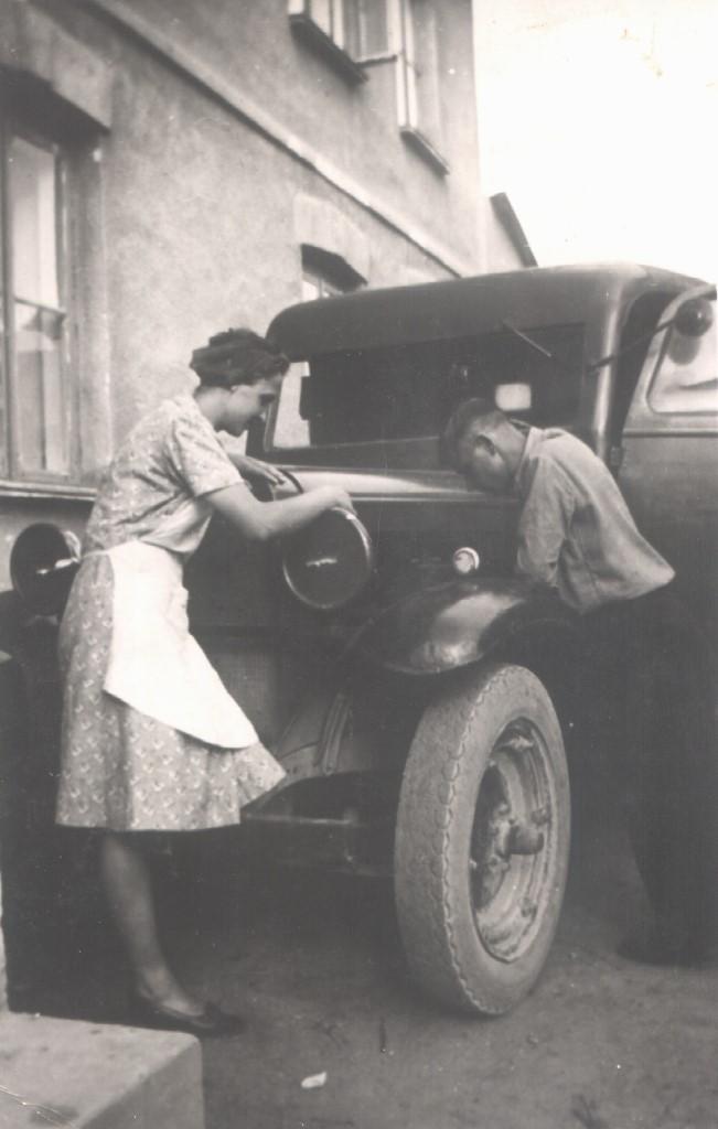 24. Mieszknka Olkusza z mężem, zdjęcie wykonane na prywatnej posesji na Sikorce. Fot. Ze zbiorów Anny Kostulskiej.
