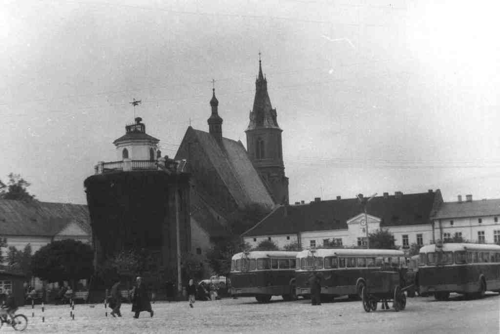 27. Autobusy na rynku. Fot. Jan Nosowicz.