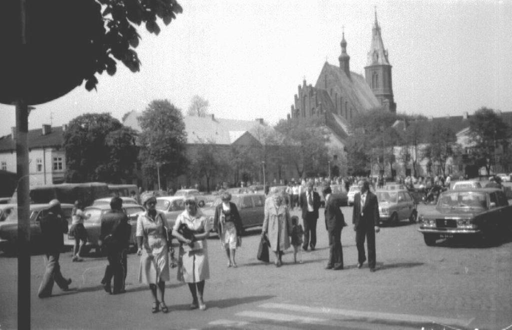 28. Olkuski Rynek w latach 70-tych fotografowany od strony wschodniej. Fot. Ze zbiorów Pawła Barczyka.