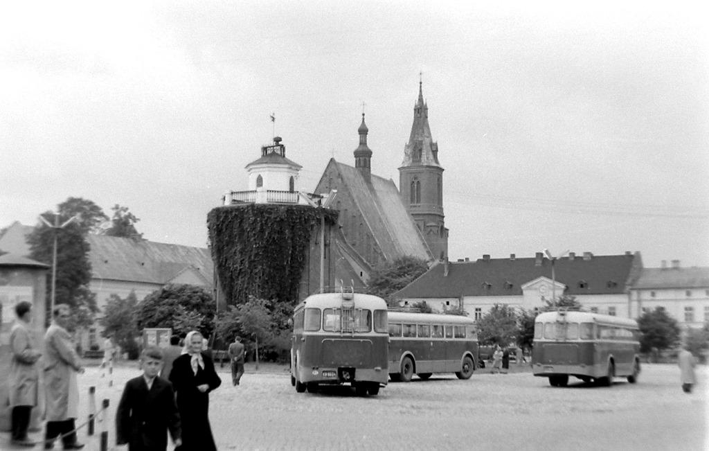 31. W pobliżu wieży ciśnień znajdował się przystanek autobusowy, gdzie zatrzymywały się między innymi autobusy Fiat 682 RN2 z kierownicą po prawej stronie. Lata 60-te. Fot. Jana Nosowicz.