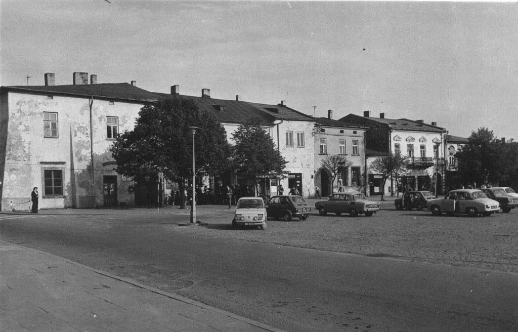 33. Parking naprzeciwko Batorówki. Fot. Ze zbiorów Muzeum Regionalnego PTTK w Olkuszu.