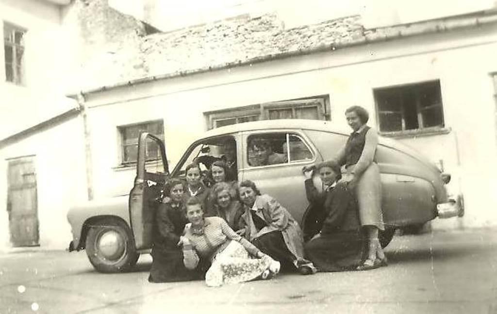 36. Olkuska młodzież, wrzesień 1956 rok, północna ściana Rynku. Fot. Ze zbiorów Zbigniewa Barańskiego.