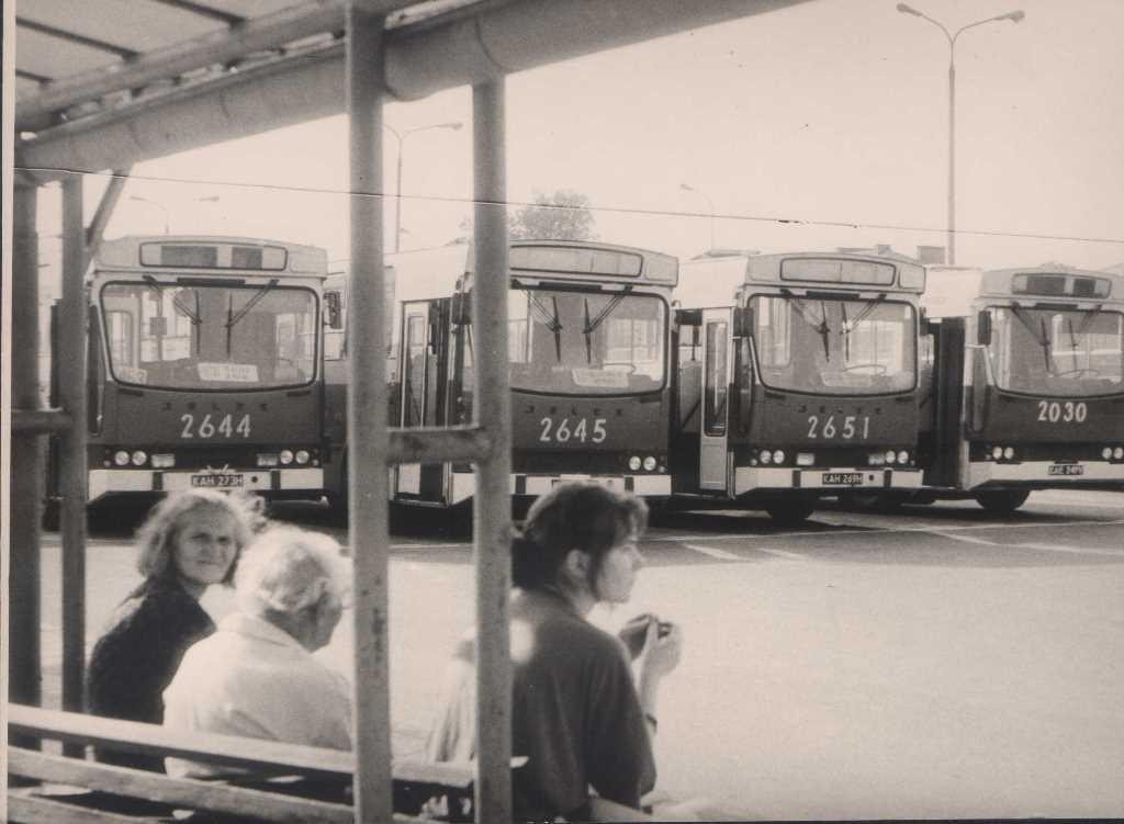 7. Autobusy czerwone pod Super Samem. Fot. Jan Nosowicz.