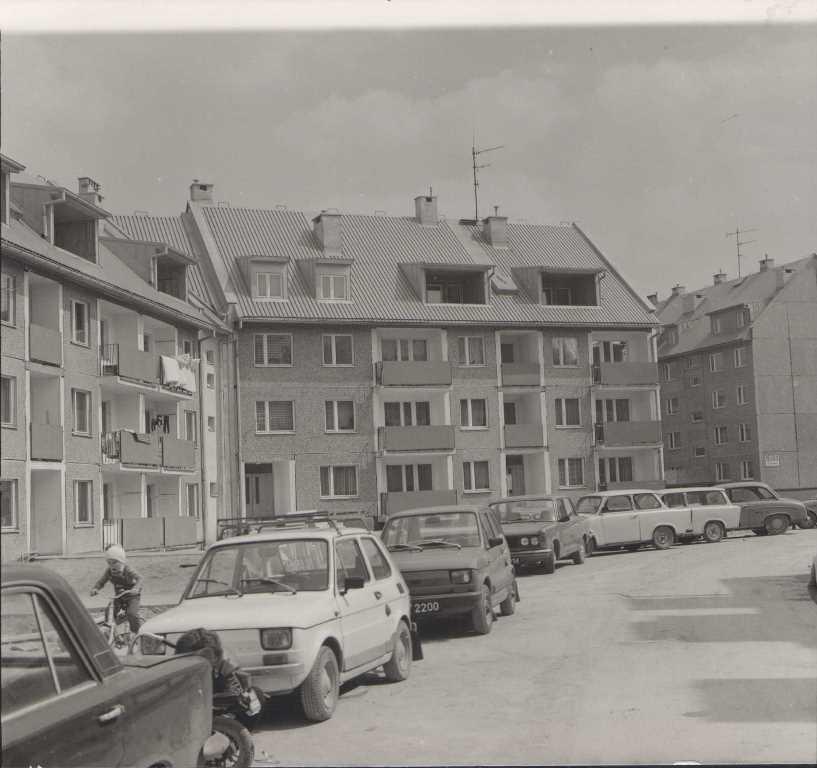 9. Samochody na osiedlu Słowiki. Fot. Jan Nosowicz.