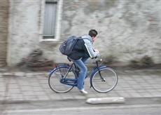 rowerzysta na chodniku