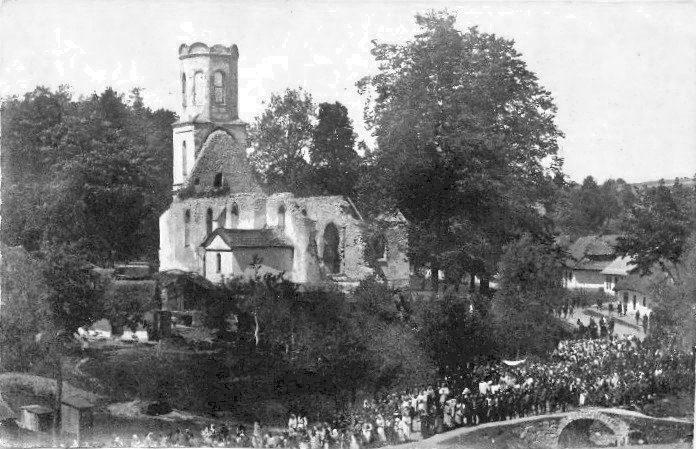 sułoszowa procesja bożego ciała wokół spalonego w czasie I wojny światowej kościoła