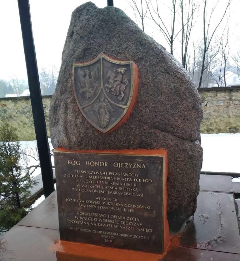pomnik z nową tablicą 2