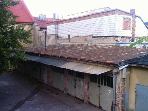 Malownicze garaże na tyle Letniej sceny Baszty, fot. Olgerd Dziechciarz