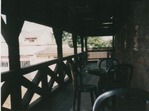 Baszta stolik na murze fotografia z pocz. lat 90, fot. Olgerd Dziechciarz
