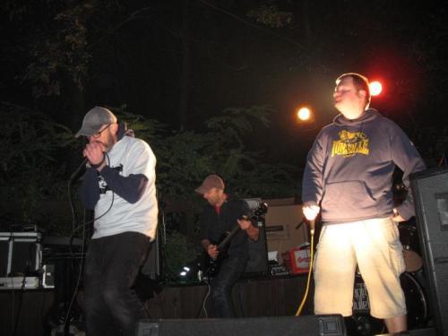 Grający mieszankę hardcore'a, grindcore'a, punka i noise'a olkuski Chaotic Splutter na scenie Baszty 2013 rok, fot. Olgerd Dziechciarz